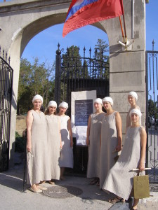 У ворот Древнего Херсонеса рядом с афишей фестиваля
